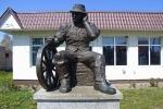 Zdjęcie na https://www.viapoland.com/ - portal informacyjny: Sołtys na pomniku